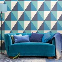 geometrisk tapet soffa